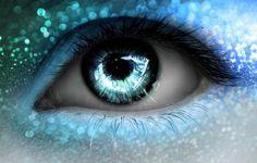 青い瞳の奥に写るのは