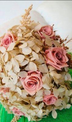 Imagem 14/30: Buquê de flores preservadas com hortênsias, rosas e solidago; a partir de R$ 500,00, na Fleur d'Épices (www.fleurdepices.com.br).