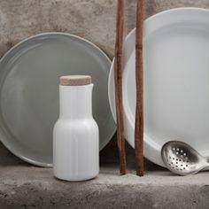Einzigartig, verspielt und kreativ – das ist die neue New Norm Porzellan-Serie von MENU. Die Einfachheit ist besonders charakteristisch für nordisches Design und durch die verschiedenen Formen, Materialen und Farben bietet das Geschirr kreative Freiheit was das dekorieren Ihrer kulinarischen Kreationen betrifft.