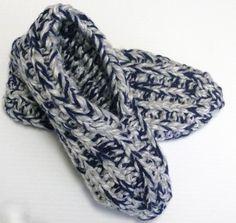 Ces pantoufles sont faciles et rapides à tricoter. C'est un de mes patrons favoris ! Patti Pierce Stone, la créatrice de ce modèle, m'a gentiment autorisée à le traduire. La version originale se trouve sur p2designs.com, 2-Strand Shaker Knit Slippers.Si vous aimez ce modèle, n'hésitez surtout pas à tricoter une paire de pantoufles pour votre… Crochet Chart, Free Crochet, Knit Crochet, Crochet Patterns, Knitting Socks, Baby Knitting, Big Knit Blanket, Big Yarn, Big Knits