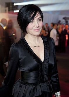 Sharleen Spiteri of Scottish band Texas Cut And Style, Her Style, Sharleen Spiteri, Scottish Bands, Eye Liner Tricks, Inverted Bob, Fashion Colours, Pixie Cut, Hair And Nails