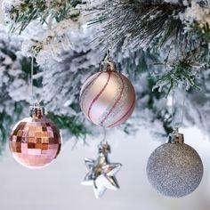 Christmas Colour Schemes, Christmas Colors, Christmas Tree Decorations, Christmas Holidays, Christmas Bulbs, Holiday Decor, Beautiful Christmas Trees, Home Look, Workshop