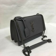 txtVocê ama bolsas elegantes e elegantes?de - A loja online número 1 para . Prada Handbags, Handbags Michael Kors, Purses And Handbags, Cheap Handbags, Gucci Purses, Handbags Online, Luxury Bags, Luxury Handbags, Sac The Kooples