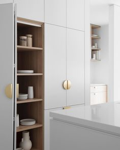 Is it really possible to have a designer, clutter-free kitchen that's also a work-horse with everything at hand exactly where you need it? You betcha! Modern Kitchen Cupboards, Handleless Kitchen, Kitchen Cupboard Designs, Kitchen Cupboard Doors, Kitchen Interior, Kitchen Ideas, Kitchen Organization, Kitchen Storage, Kitchen Styling