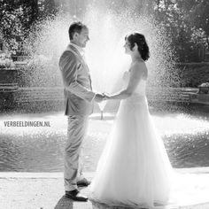 hand in hand at the fountain, being in love / hand in hand bij de fontein, verliefd