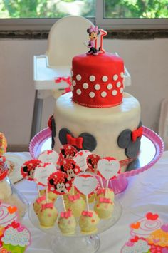 Minnie Mouse dessert table http://flavoursandfrosting.blogspot.com.es/2014/01/minnie-mouse-dessert-table.html #Minnie_Mouse #Dessert_Table #Candy_Table