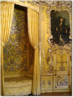 Bedroom of Maria Amalia inside the Amalienburg Palace Romantic 'grandeur' Versailles, Alcove Bed, Empire Furniture, Old World Style, Rococo Style, Classic Interior, Interior Exterior, Mellow Yellow, Beautiful Interiors