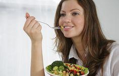 Woche 2: Ernährung - Die große 4-Wochen-Bauch-weg-Challenge - Bauchfett verschwindet leider nicht allein durch Sport. Um eine Umstellung der Ernährung kommt ihr nicht herum. Der Bauch wächst und gedeiht, wenn wir viele süße, kohlenhydratreiche Lebensmittel essen...