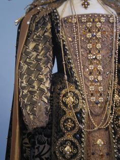 Shakespeare in Love (1998) Elizabeth I Theater gown worn by Dame Judi Dench #CostumeDesign: Sandy Powell