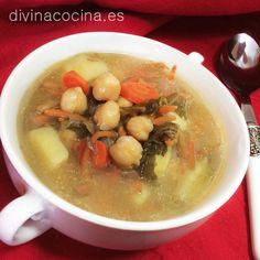 Esta sopa de verduras y garbanzos la puedes especiar con un toque de curry o pimentón. Añádelo al salteado de verduras justo antes de poner el caldo. Yo suelo ponerle pimentón y le da un toque parecido a los guisos 'esparragados'.