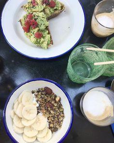 S'échapper de notre appartement en travaux avec un petit déjeuner au @cafemocoparis  Granola & Avocado toast classique