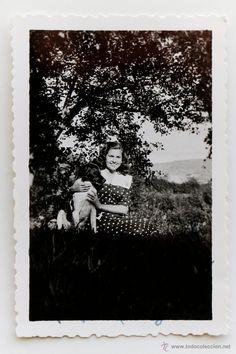 Mujer con su perro en el campo.1941- El Desván de Bartleby C/.Niebla 37. Sevilla