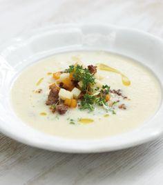 Besonders fein und lecker ist diese Kartoffel-Suppe: Wir veredeln sie mit Riesling, krossen Kürbiswürfeln, gebratenem Mett und Kresse.
