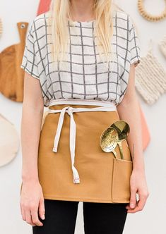 Check out this easy sewing project for a DIY half apron that can be made in a few minutes. You won't believe what it's made out of (or how much it cost). Easy Sewing Projects, Sewing Projects For Beginners, Sewing Hacks, Sewing Crafts, Sewing Tips, Half Apron Patterns, Sewing Patterns Free, Free Pattern, Dress Patterns