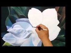 Step by step how to paint a magnolia flower in realistic Acrylic Painting Flowers, Diy Painting, Watercolor Flowers, Magnolia Paint, Magnolia Flower, Art Floral, Flower Oil, Watercolour Tutorials, Big Flowers