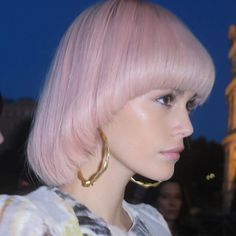 A pink pastel bowl cut backstage in Italy at Fendi! 💋 We think this is a huge statement, what do you think? Re-post Pastel Hair, Pink Hair, Beauty Trends, Beauty Hacks, Pageboy Haircut, Bowl Haircuts, 70s Glam, 70s Hair, Halo Hair