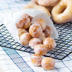 Food - Glazed Donuts Krispy Kreme Recipe Copycat These original glazed donuts are ligh. Food, Glazed Donuts Krispy Kreme Recipe Copycat These original glazed donuts are light and chewy. Who can resist a Krispy Kreme recipe copycat? Krispy Kreme Copycat Recipe, Krispy Kreme Glaze Recipe, Krispy Kreme Donut Hole Recipe, Krispy Creme Donut Recipe, Crispy Cream Donuts Recipe, Timbits Recipe, Donut Bites Recipe, Best Donut Recipe, Snacks
