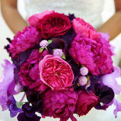 Bouquet de mariee mariage pivoines roses anglaises fushia, pivoines framboise, et fleurs violettes, lilas, parme, mauves