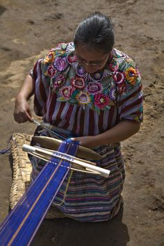 Mujer tejiendo una faja a mano en Chuinimachicaj  #ManosArtesanas