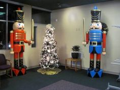 Step by step instructions to build these two 9' nutcrackers. These are amazing! My kids would freak out!! A must do next year!