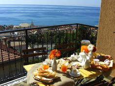 Romantic Breakfast, Breakfast In Bed, Outdoor Dining, Table Settings, Italy, Table Decorations, The Originals, Home Decor, Balconies