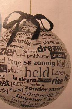Kerstbal recyclen met krantenpapier of met knipsels uit een tijdschrift. Zorg dat je voldoende oude grote en extra grote kerstballen hebt.