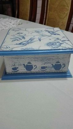 #artesaniasrecicladas Decoupage Drawers, Decoupage Box, Shabby, Country Wood Crafts, Fabric Paint Designs, Tea Box, Altered Boxes, Jewellery Boxes, Wooden Boxes