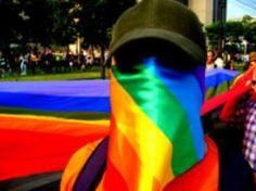 """Alguns gays palestinianos, na sua vontade de obter permissões de residência em Israel para fugir de uma sociedade fortemente homofóbica, passaram a prestar serviços à potência ocupante; em muitos outros casos, no entanto, a iniciativa partiu dos serviços secretos israelitas que, quando descobriam a homossexualidade de algum palestiniano, lhe faziam uma cruel chantagem: em troca de não o """"tirar do armário"""", o que levaria a uma pressão social insuportável, a vítima deveria prestar serviços de…"""