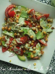 Salade de tomates, d'avocats et de maïs, pois chiches épicés grillés, croûtons à l'ail, vinaigrette crémeuse à la coriandre