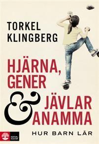 I Torkel Klingbergs bok Hjärna, gener och jävlar anamma, får vi fascinerande inblickar i ny forskning om barns lärande och motivation. Förståelse för matematik och läsning är inget vi människor föds med. I samspel mellan gener och miljö omformas barnets hjärna och gör plats för de nya kunskaperna. Barn är inte bra eller dåliga på att lära sig att läsa eller räkna  de är snabba eller långsamma.    Hjärna, gener och jävlar anamma visar bland annat hur intensiv, digitaliserad träning på…