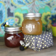 Make these cute etched honey jars - makes a great gift! Tutorial and bee design included.