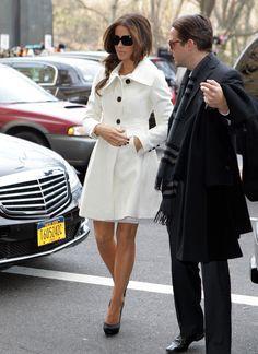 Kate Beckinsale candid in delightful white coat Estilo Fashion, Fashion Mode, Womens Fashion, City Fashion, White Trench Coat, White Coats, Looks Chic, Kate Beckinsale, Coat Dress
