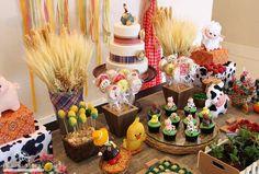Resultado de imagem para festa fazendinha 1st Birthday Cakes, Farm Birthday, Baby Shower Decorations, Table Decorations, Barnyard Party, Three Little Pigs, Farm Theme, Classroom Displays, Gingerbread