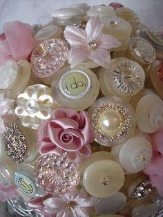 buquê de botoes para noivas | Ideia prática e pode ser confeccionado em casa! Os botões podem ter vários formatos e cores, porém os mais antigos são os mais utilizados.