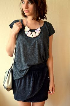 Collier holographique: Pimkie (nouvelle co) T-shirt drapé : New Yorker (soldes) Jupe drapée : Jennyfer (soldes) Sac argenté : H (soldes) Sandales noires : H (soldes)  http://parolesdebrune.com/blog-de-mode-lillois/look/tout-est-dans-le-drape/