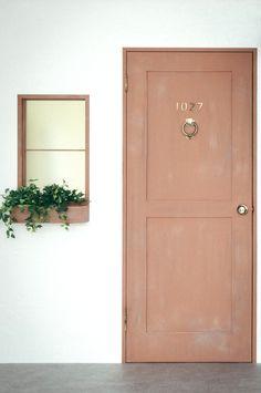 ヴィンテージウォールのドアの先はフリースペースになっております。