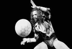 One of my favorite concerts ever. Ian Anderson of Jethro Tull Classic Rock And Roll, Rock N Roll, Jethro Tull, Peter Gabriel, British Rock, Rock Music, Rock Bands, Photo Galleries, Pictures