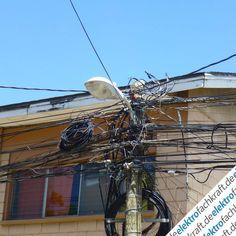 Selbst in ihrem Urlaub denkt Kollegin Christel an uns und hat diese Aufnahmen für elektrofachkraft.de in Honduras gemacht. Spannende Verkabelung der Stromleitungen. Ob da noch jemand einen Überblick hat?