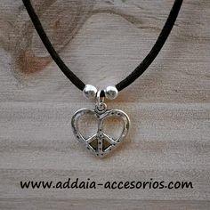 #collar con el #simbolo de #paz y #amor www.addaia-accesorios.com #bisuteria #artesana #vegana y #personalizable #bisuteriaartesanal #bisuteriapersonalizada #hechoamano #handmade #vegan #pazyamor #peace #love #peaceandlove #necklace #negro #black