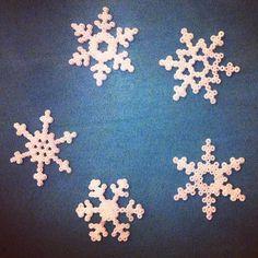 Being creative. Det kan man godt blive afhængig af. #hamaminiperler #snefnug #kreativ #hamabeadsmini #snowflakes #creative