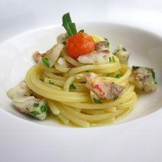 Filtrate l'acqua dell'infusione dei semi di finocchio e utilizzatela in parte durante la mantecatura degli spaghetti , in questo modo darete una piacevole freschezza al piatto. Condite tutto con un filo d'olio a crudo dopo l'impiattamento. Scoprite la ricetta su www.frescopesce.it/spaghetti-al-sugo-di-triglia