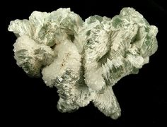 Skorpionite ) Ca3Zn2(PO4)2CO3(OH)2·H2O avec Tarbuttite  Zn2(PO4)(OH) Skorpion Mine, Rosh Pinah, Lüderitz District, Karas Region, Namibie Taille=33 x 21 x 13 mm Photo Rob Lavinsky