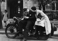Kassensturz: Ein Paar prüft vor der Fahrt ins Blaue seine Finanzen. Fotografiert von Friedrich Seidenstücker 1925 in Berlin.