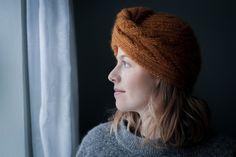 Kajsas sweater er en let og luftig sweater, der strikkes oppefra og ned og med slids i siderne. Med det simple udtryk kommer det smukke garn virkelig til sin ret, og der er mulighed for at lege med mange farver - eller måske bare lave den helt ensfarvet? Det runde bærestykke og den let oversize pasform giver sweateren Fluffy Sweater, Mullets, Sweater Knitting Patterns, Work Tops, Sliders, Beanie, Sleeves, Sweaters, Collection