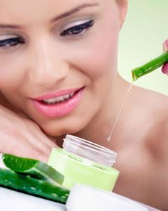 How To Make A Facial Mask With Aloe Vera. When it comes to medicinal plants aloe vera is one of the first that comes to mind because of its many topical benefits. Masque Aloe Vera, Aloe E Vera, Aloe Vera Piel, Aloe Vera Face Wash, Aloe Vera Creme, Aloe Vera For Skin, Homemade Hair Conditioner, Les Rides, Homemade Cosmetics