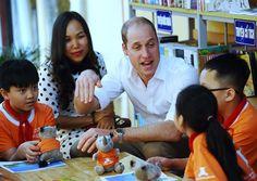 Hoàng tử William đến thăm trường Tiểu học Hồng Hà trên phố Lãn Ông và trò chuyện với các em học sinh.