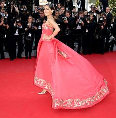 Freida Pinto wears an Oscar de la Renta ballgown with embroidery details at Cannes on May 18