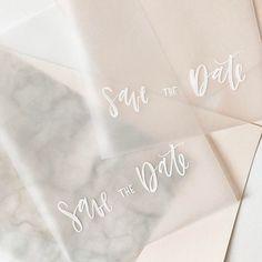 Transparent, transparent, transparent. Wer mich in Leipzig auf der Messe oder in der Hacienda getroffen hat, wird festgestellt haben, dass ich eine große Vorliebe für weiß auf Transparent habe Was ich damit alles noch vorhabe werdet ihr in den kommenden Wochen sehen. Eins kann ich euch schon verraten - es wird transparent! Das konntet ihr euch schon denken ? Hups #vellum#transparent#vellumpaper#osbpvellum#white#ink#brushlettering#handlettering#moderncalligraphy#weddingstationery#weddin...
