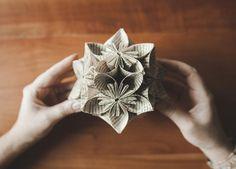 Ghirlande, rose e fiori che ricordano un anice stellato. Quattro tutorial per decorare la casa per Natale utilizzando solo quello che abbiamo in casa e divertendoci un po'