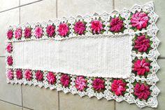 Tapete flores em barbante , 3 peças ,   na cor rosa , com barbante cru e multicolorido  Medida aprox: O tapete grande tem 1 metro e 26 cm de comprimento e 50 de largura , os pequenos tem 77 cm de comprimento e 51 de largura